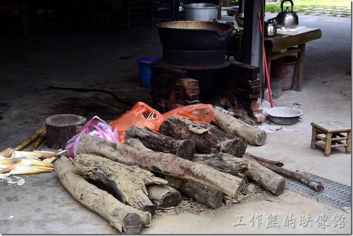 台南新化-王家燻羊肉。不知道這是不是龍眼木,感覺似乎不太像?