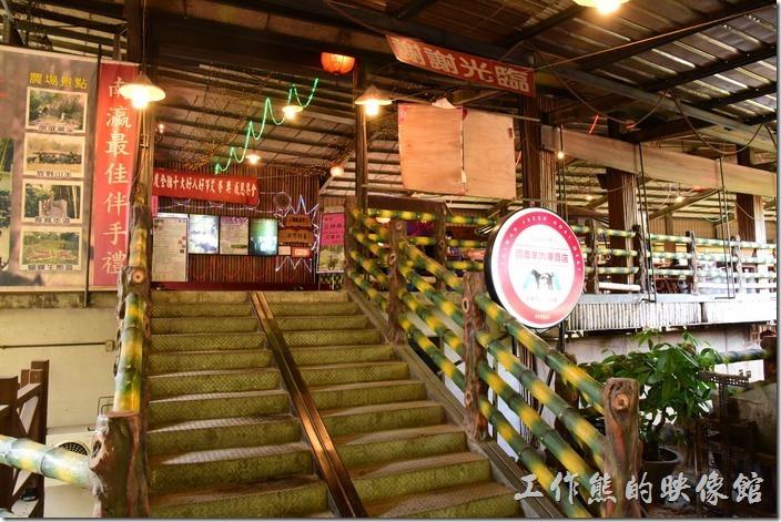 新化王家燻羊肉餐廳的入口,共有兩層樓的餐廳,空間非常大。