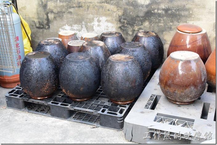 台南新化-王家燻羊肉。這個就是燻羊肉用的甕缸,被燻成焦黑色的甕缸是剛從稻殼堆挖出來的。