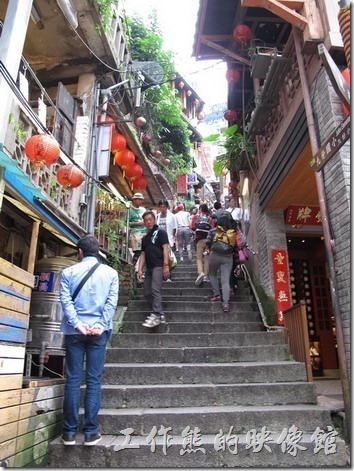 九份豎歧路上有非常多的茶館,比如說阿妹茶酒館、芋仔蕃薯茶館,而豎歧路上都是這種階梯山路。