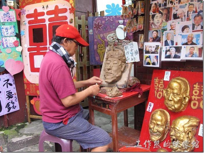 九份老街。泥人吳,可以幫忙製作各種面具,旁邊還特別寫著拍照不用錢。
