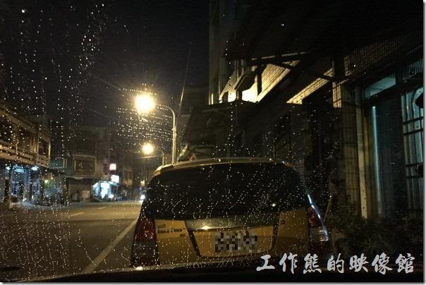 使用汽車用潑水劑的效果,玻璃上的水滴會成為水珠狀。