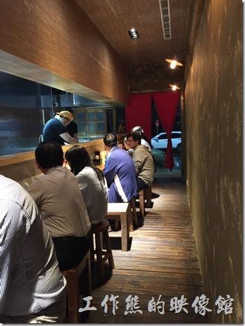 南港OSHO店內的景象,單一排的座位,最多大概可以坐13人。