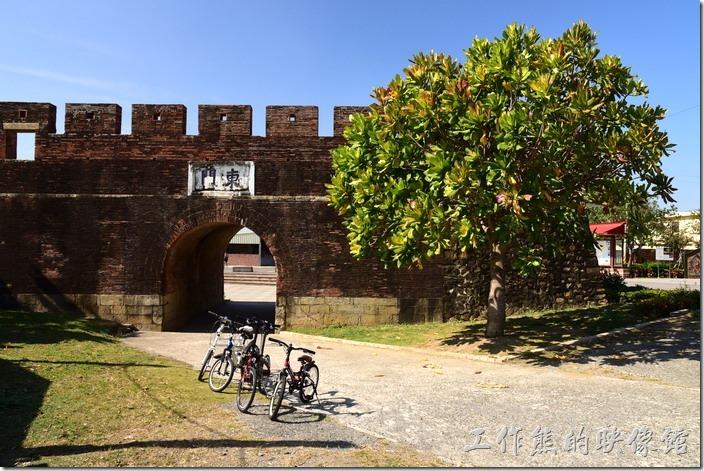 恆春的東城門,這座城門是恆春唯一一座沒有在現今馬路上的城門,所以也不能通行汽車,因為它是唯一一座不再現今的馬路上的城門,其餘三座有兩座(西門、北門)可以通行車輛,南門則成為圓環的中心。