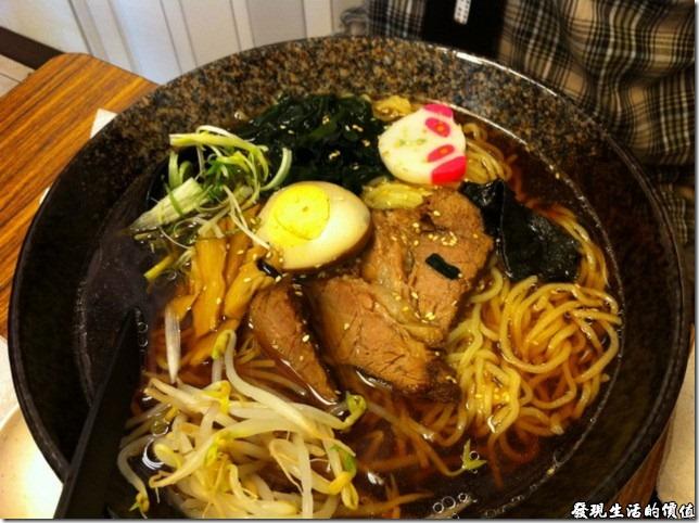 台北南港-魁拉麵。這是大碗的正油拉麵,它的配料應該跟豚骨拉麵一樣,所不同的只有湯頭。