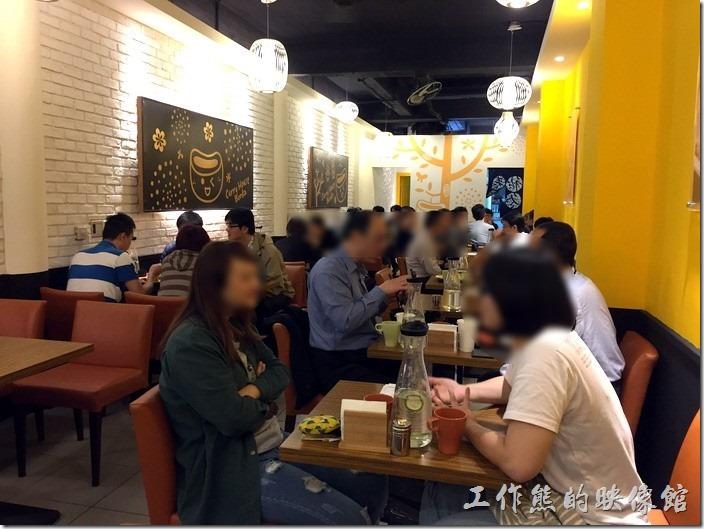 南港本家咖哩的餐廳裝潢,牆面以一面以黃色系為底,另一面則以白色系為主,讓人有強烈的視覺感。