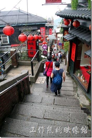 九份豎歧路上有非常多的茶館,比如說阿妹茶酒館、芋仔蕃薯茶館,而豎歧路上都是這種階梯山路,這裡幾乎是所有道九份的遊客都會來拍上一張照片的大熱門景點。