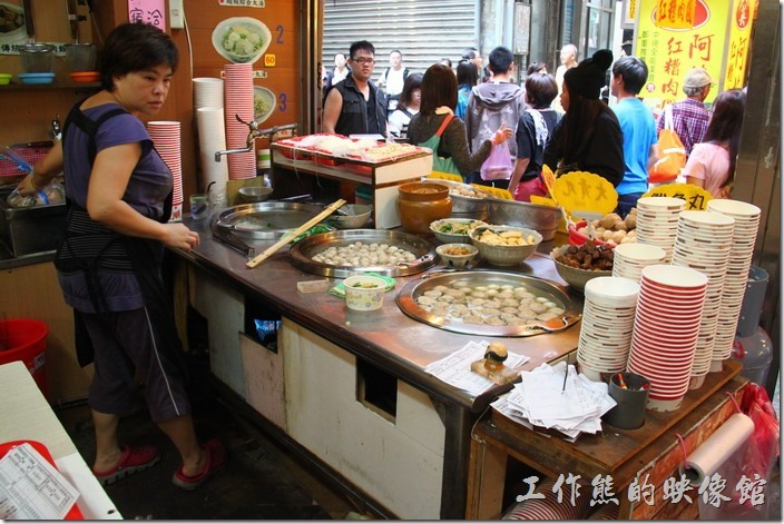 這間九份古早丸店、五味綜合丸湯地點在基山街阿應紅糟肉的對面,離賴阿婆芋圓大約五公尺。