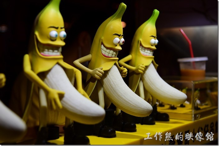 墾丁-香蕉哥香蕉煎餅。這些黃色外皮的香蕉,鮮開了外一面露邪惡微笑,讓男生會心一笑,讓女生不敢直視~偷喵~