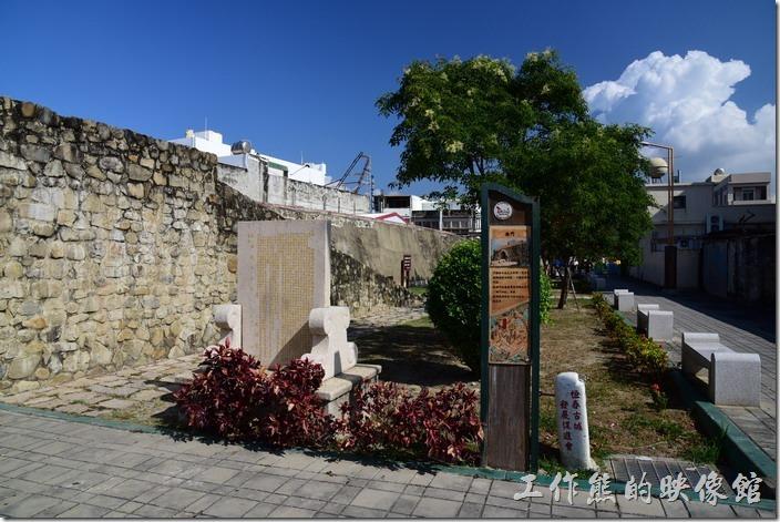 西門的旁邊有個斜坡可以讓遊客輕鬆的走上城門,讓你體驗一下居高臨下的感覺,也可以回頭觀看一旁的「石牌公園」。