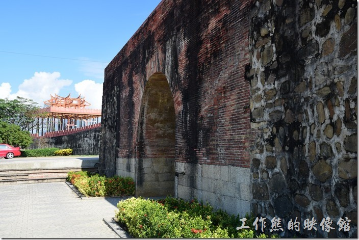 東城門的旁邊有一座「孤棚」,農曆七月十五日中元普渡後舉行搶孤活動。