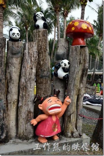 墾丁快樂熊貓樂園內有許多的塑像,當然包含了很多的熊貓,不過也有些具有童趣的塑像。