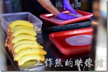 泰式香蕉煎餅的材料就是中筋麵粉做成的麵皮與整根的香蕉,香蕉當然得剝皮!