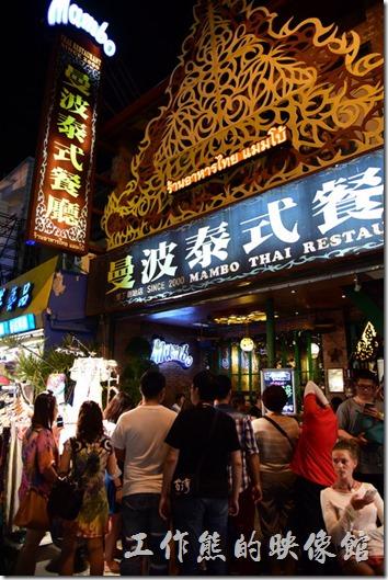 墾丁曼波泰式餐廳從外觀看來就很有泰式的風格,才晚上六點左右門口就已經一堆人在排隊了。