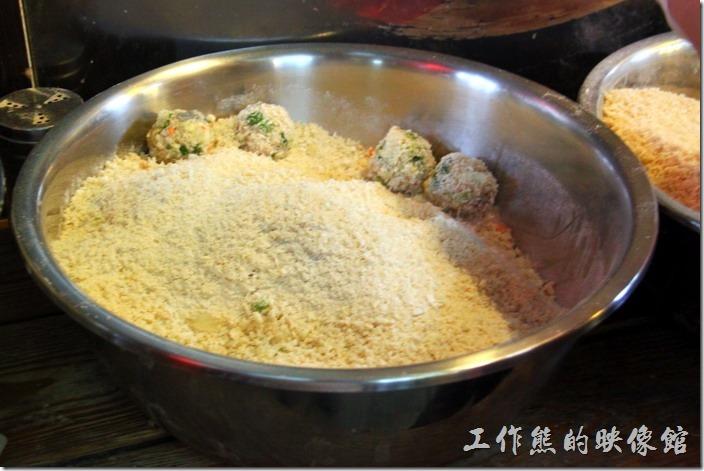 九份-蝦球。包好的蝦球就直接裹粉。