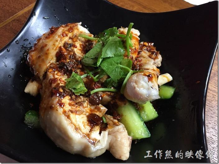 [台北南港]重慶特色麵庄。怪味雞,NT100。就是一隻雞腿的份量,用白斬雞的作法,上面淋上椒麻醬,跟我們一般吃到用香菜、蒜頭、薑做成的醬汁不同,個人覺得還不錯,尤其是下面還鋪了許多小黃瓜,也非常的入味好吃。