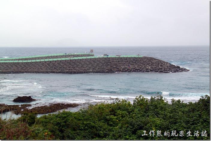 屏東-後壁湖核三廠出海口。看完了漁船,可以到核三廠的出水口坊波堤看看浪吹吹海風。