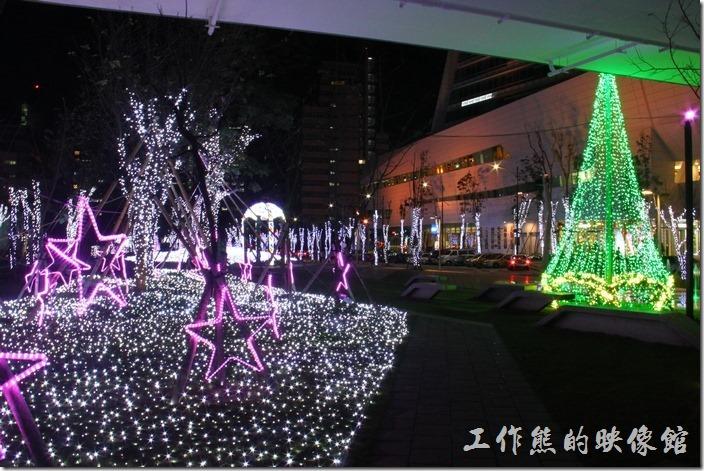 綠色的LED聖誕樹,給人過節的氣氛,只是覺得這聖誕樹是否也應該有些應景的紅色點綴才比較有喜氣?