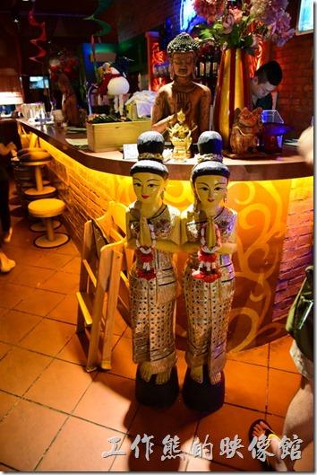 一走進墾丁曼波泰式餐廳就可以發現應麵而來的是兩尊身著太是服裝的木頭人偶用泰式的打招呼坊是迎接客人