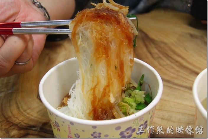 九份古早丸店 五味綜合丸湯。這米粉起來口感還不錯,就是湯汁鹹了一點,而且沒有肉燥,工作熊比較吃不習慣。