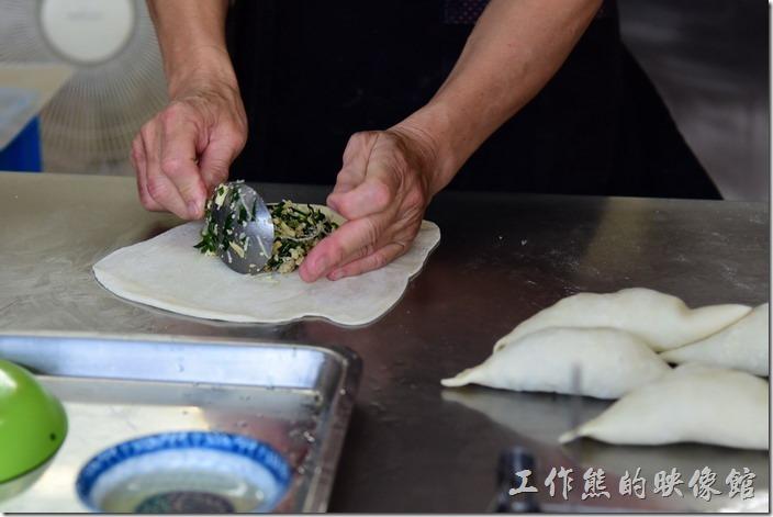 台南安平-劉記韭菜盒。這韭菜盒子的餡料已經事先攪拌妥當,不過麵皮是現場成型後才包入內餡,有機會可以欣賞到店家如何做出一顆韭菜盒子。