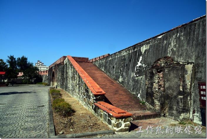 恆春北門的城牆也有斜坡可以讓遊客上去體驗。