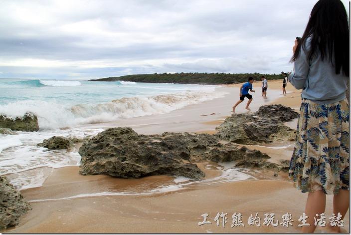 屏東-後壁湖白沙。年輕人就是這麼有活力,喜歡玩著追浪及被浪追的戲碼,而且玩得不亦樂呼。