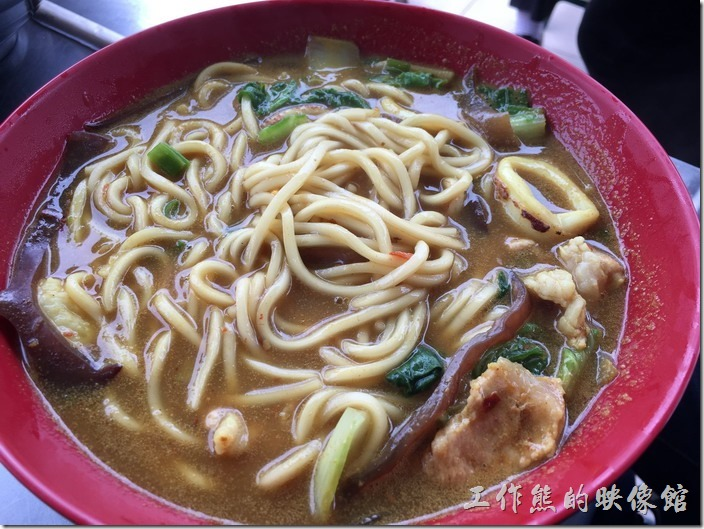[台北南港]海鮮米粉。這一碗是咖哩碗炒麵,多加了一份麵及湯,簡直就是湯麵了,麵條比較像油麵及拉麵,用料有一隻蝦子、豬肉給片、花枝丸、小卷、木耳等,用料也相當新鮮好吃,就是吃完會口渴。