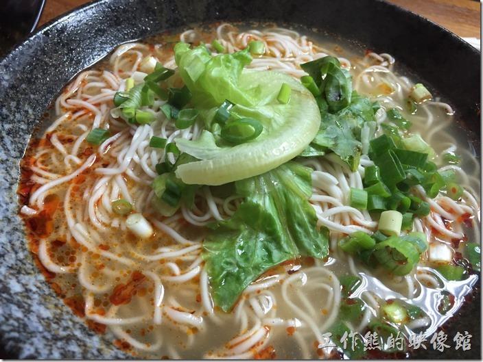 [台北南港]重慶特色麵庄。重慶小麵(大),NT75。就是素麵類似陽春麵,沒有填加其他的肉類,就純粹細麵條加蔥花、蒜、青菜、辣油。
