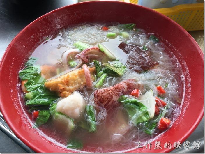 [台北南港]海鮮米粉。這一碗就是工作熊推薦的「海鮮米粉」,加了半份的米粉,結果超不多下午四點就開始肚子餓了,後來多加了一份總算可以撐到晚餐才肚子餓。海鮮米粉的湯頭喝起來非常的清甜,裡頭有兩隻蝦子、小卷、可以吃得到整塊花枝的花枝丸、新鮮得沒話說的魚板,還有木耳,老闆還選用生辣加下麵。
