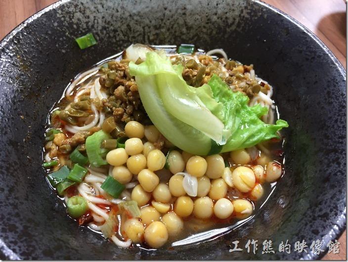 [台北南港]重慶特色麵庄。雙豆麵(小,乾),NT80。跟上面的碗豆麵類似,只是把雜醬換成酸豆角,味道就是多了酸味,也不錯吃。