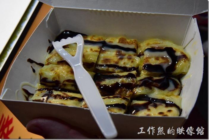 墾丁-香蕉哥香蕉煎餅。煎好的香蕉煎餅切成九宮格等分,並且在上面淋上需要的醬汁就完成了,記得趁熱吃。