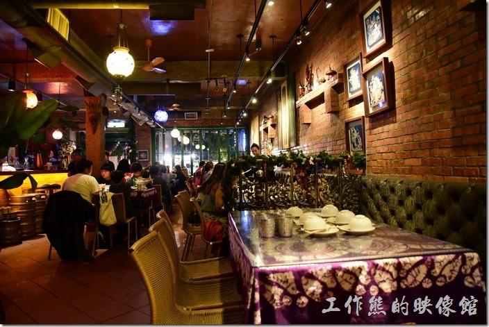 墾丁曼波泰式餐廳內的擺設,以鐵製桌椅及紅磚為主。