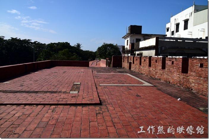恆春的西門城門上還蠻寬闊的,而且還有一小段的城牆可以行走。