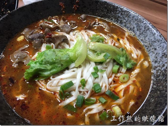 [台北南港]重慶特色麵庄。肥腸麵(大),NT130。聽說老闆非常自豪這道肥腸,吃起來肥腸夠的確軟爛好吃,只是一般台灣人似乎不太喜歡這樣的肥腸,而且用的是寬麵條,聽說可以要求用不同的麵條。