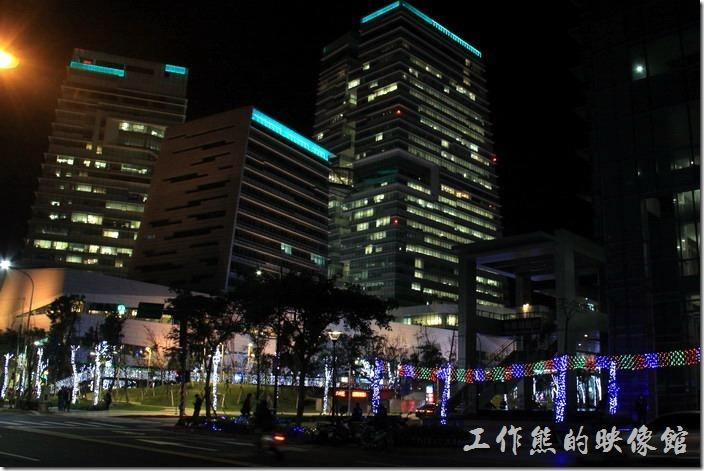 其實平常「中國信託金融園區」就會出現許多五顏六色不規則的燈光秀,也許有什麼特別的意義,只是工作熊還摸不透而已。