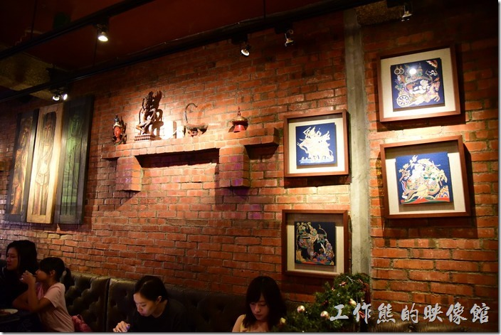 墾丁曼波泰式餐廳內的牆壁掛上許多的泰國圖畫,甕台上也有許多的擺飾,很有泰國風格。