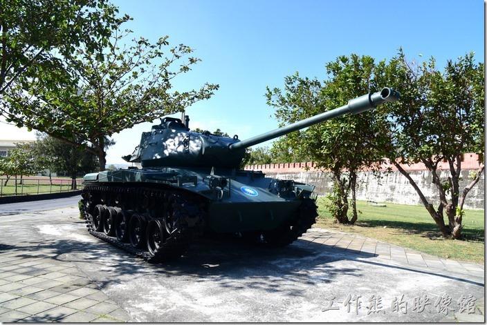 恆春北城門的旁邊擺放了一輛真實的戰車。