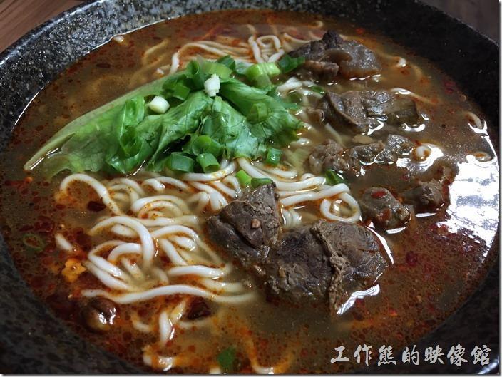 [台北南港]重慶特色麵庄。牛肉麵(大),NT140。牛肉燉得非常軟爛,聽說這牛肉也是店家的招牌,麻辣牛肉麵應該很夠味。