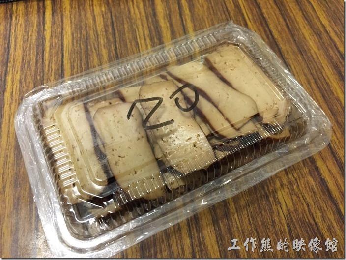 台北南港-魁拉麵。現在小菜已經不再免費贈送了,所有的小菜都可以從冰箱內自取,上面也都也寫價錢。
