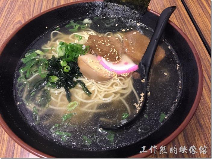 台北南港-魁拉麵。這一碗是鹽味拉麵,看起來像清湯,但是湯頭喝起來鹹鹹的,應該還有加上其他的東西,總之喝起來湯頭不錯,工作熊還蠻喜歡這個味的。