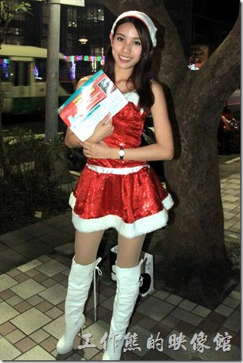 南港-中國信託聖誕裝飾。應景的聖誕裝飾,還有穿著聖誕裝的可愛妹妹,讓人覺得今年的南港軟體園區附近更有過聖誕節的氣息。