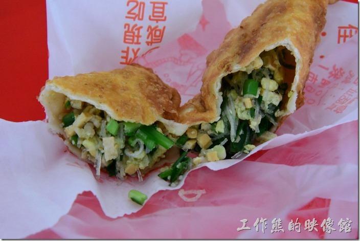 台南安平-劉記韭菜盒。扒開韭菜盒子後,熱騰騰的餡料馬上湧出,內容就跟現場看到的一模一樣。