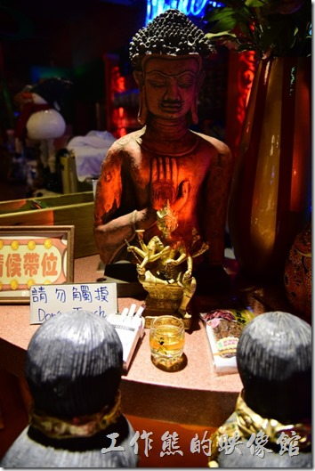 墾丁-曼波餐廳。後面還供奉有釋迦牟尼佛,佛祖的前面還有四面佛,用香煙供奉,還寫著請勿觸摸的字樣。