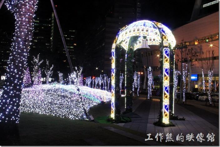 南港-中國信託聖誕裝飾。聖誕節前夕中國信託旁邊所認養的公園綠地上佈滿LED燈海,雖然漂亮,就是顏色不夠多,幾乎都是白色。