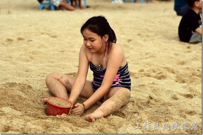 墾丁白沙灣。沙灘上玩沙的小女孩!