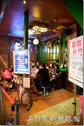 墾丁曼波泰式餐廳的廊停下也擺有餐桌,客人也可以選擇在室外用餐,但是只有兩桌。餐廳前有張黑板寫著熱銷菜單,可以參考,其實菜單上也有著名熱銷菜。這裡禁用外食。