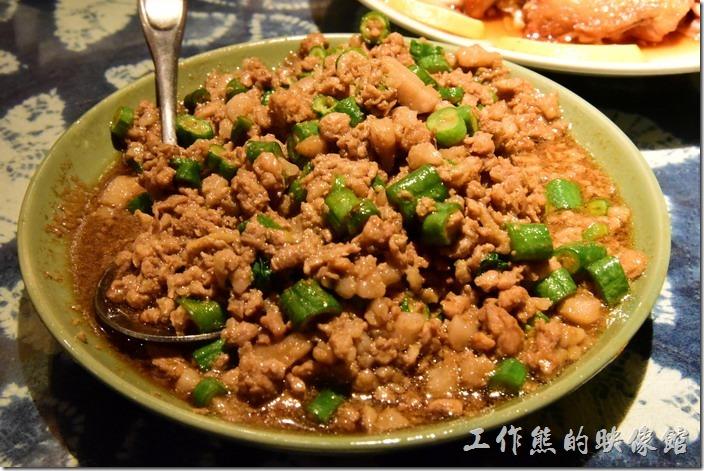 墾丁-曼波餐廳。打拋豬肉,NT240。這豬肉做得非常好吃,配白飯剛剛好,不過稍微偏甜,依然少了辣度。