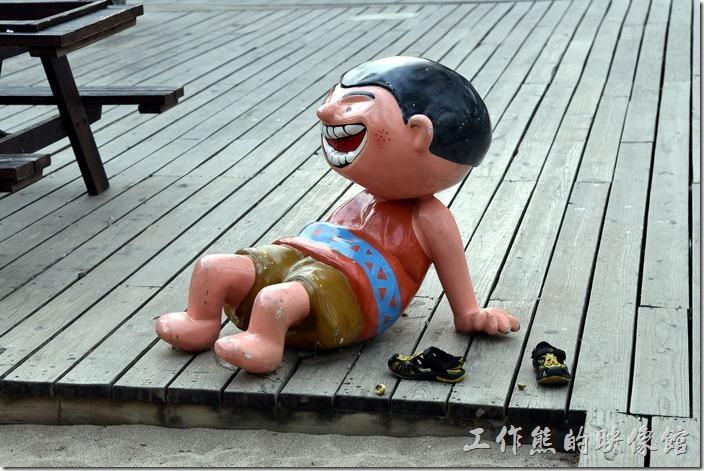 墾丁快樂熊貓樂園內有許多的塑像,調皮的小孩。