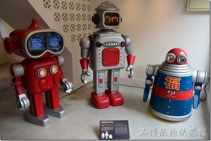 台南-藍晒圖文創園區。多年前藝術家Akibo在溫哥華為兩個小孩創作了第一組機器人作品AkiAkis.com,講述三個愛潛水的機器人Fu、Tano、Bubble一起潛水的冒險故事。現在Akibo也來到台南藍晒圖文創園區的BLUE 1藝廊作客了,有機會來看看他們,也聽他們述說潛水的故事。